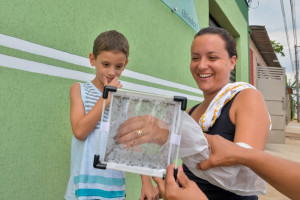 Employees of Oxitec and FHP Health workers take to the streets and houses of the inhabitants of the neighborhood CECAP distribute brochures and educate residents about CECAP Aedes Project. Piracicaba / SP, March 28, 2015 . Fotos: Alexandre Carvalho